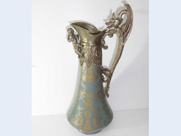 Karaffe aus Keramik mit Bronze verziert