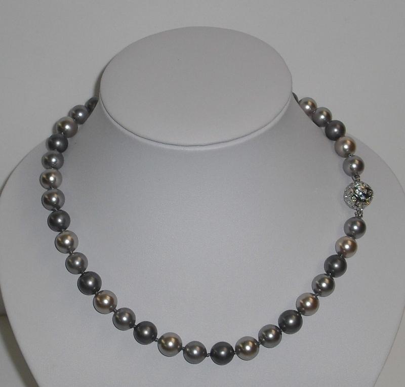 Perlenkette mit Muschelkernperlen in Grautönen